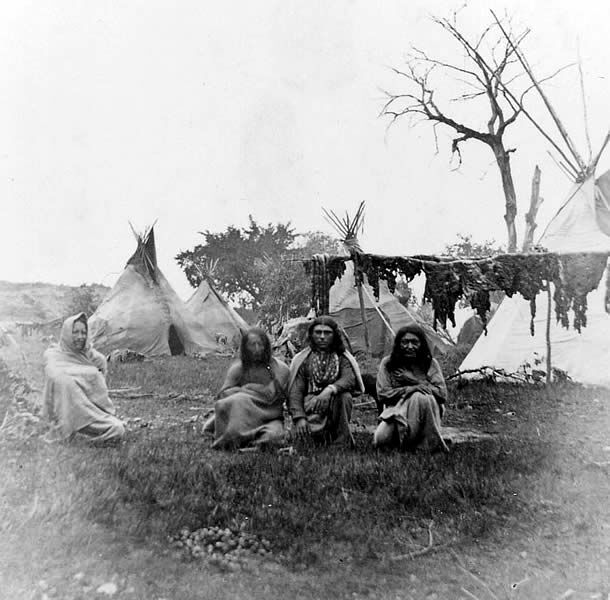 the navajo indian and the apache Native american indian lore: navajo tribe the navajo (diné) and apache tribal groups of the american southwest speak dialects of the language family referred to.